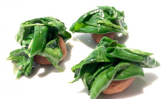 Basilico saltato in padella, olive taggiasche in crosta di pasta di mandorle. Per chi scrive, è un dolce contemporaneo, d'infinito afflato, conla freschezza del basilico, l'aroma delle mandorlee l'untuosità del burro