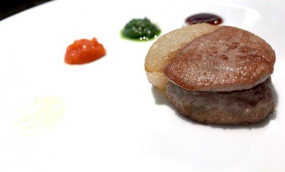 Filetto e testina di vitello, l'unione dei diversi. «Della testina teniamo solo la patrte grassa, la sezioniamo e la accostiamo al filetto». A condire, bagnetto rosso, salsa verde, melassa di rafano e di melanzana
