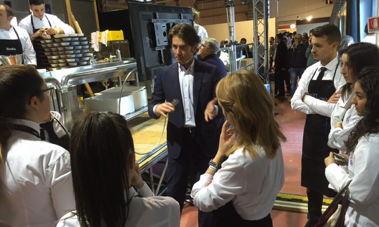 Il giornalista Massimo Di Cintio, curatore e presentatore di Meet in Cucina, arringa i ragazzi