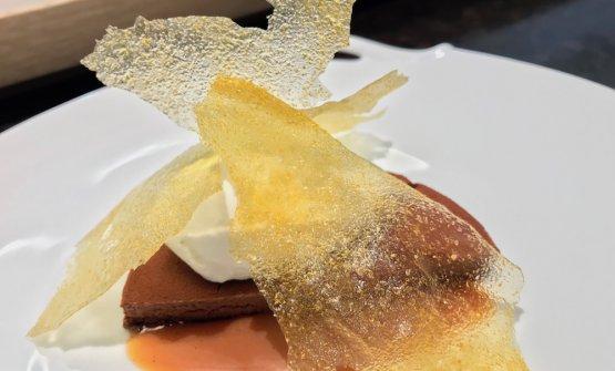 Lungo pranzo, abbiamo chiesto un solo dolce. Ecco questa Mousse al cioccolato (un Abinao 85% Valrhona) con pan di Spagna al cacao (senza farina),caramello salato, quenelle di gelato al fiordilatte e alloro, cialda di polenta salata