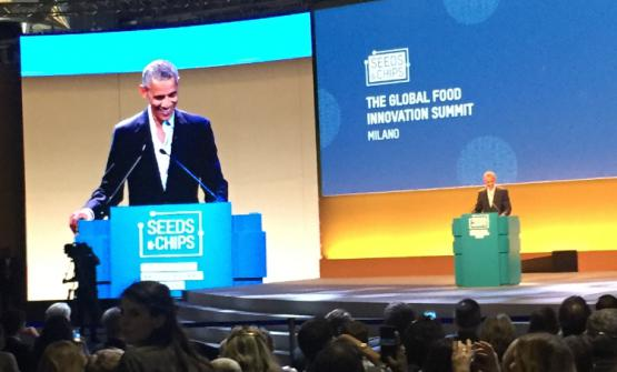 Barack Obama, 55 anni, sul palco di Seeds and Chips, summit sul cibo innovaitvo globale in corso alla Fiera di Rho-Milanofino all'11 maggio. Il 44mo presidente degli Stati Uniti ha tenuto una lunga conversazionecon il suo chef/giardiniere Sam Kass sul futuro dell'industria del cibo