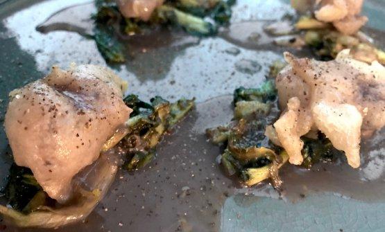 Tempura di polpo, crema di acqua di mare, polvere d'arancio, puntarelle. La tempura è fatta con farina, un po' di farina di riso e amido di mais