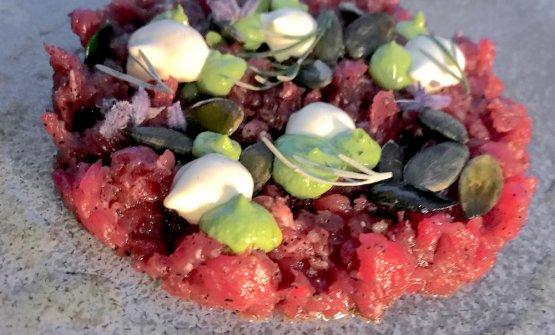 Manzo e aringa, semi di zucca, maionese al cappero, polvere di sarde, anice stellato