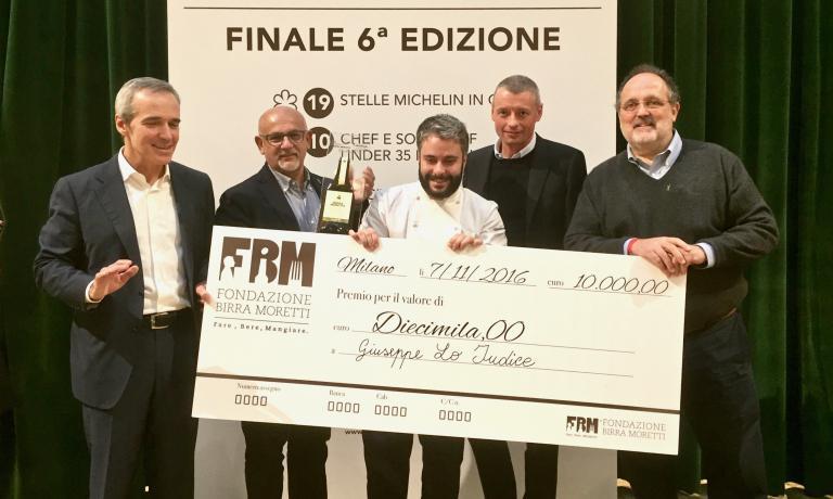 Giuseppe Lo Iudice premiato da Paolo Marchi e Alfredo Pratolongo, vicepresidente della Fondazione Birra Moretti, alla finale del Premio Birra Moretti Grand Cru 2016
