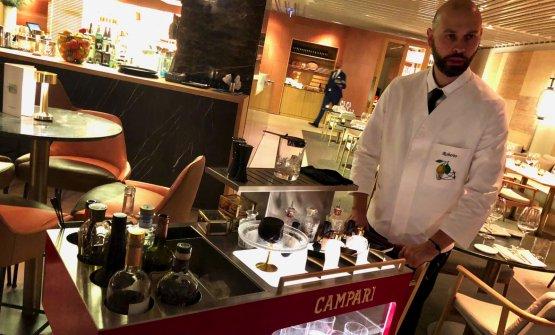 Il bartender Roberto Cozzolino spinge il NegroniTrolley