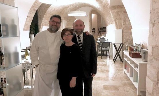 Angelo Sabatelli con la moglieLaura Giannuzzi,che cura la sala, eGianni Tortora, dominus della cantina
