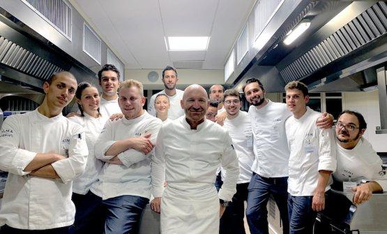 Alfio Ghezzi con gli allievi dell'Alma durante