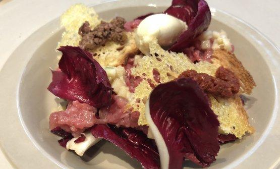 Tartare di manzo, crostini con olive, radicchio e pomodoro secco