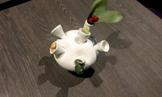 Benvenuto nei vasi creati dalla ceramista Caterina Amato: erbe aromatiche, ribes, semi di zucca tostati con tè matcha e vaniglia, semi di mais, pimpinella