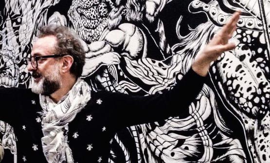 Massimo Botturadavanti al progetto di decorazione murale che inaugureràal Refettorio di Modena venerdì 19 maggio prossimo. Il modenese era a Milano per presentare Al Mèni, circo-evento internazionale di cuochi che allieterà Rimini il 17 e 18 giugno prossimi