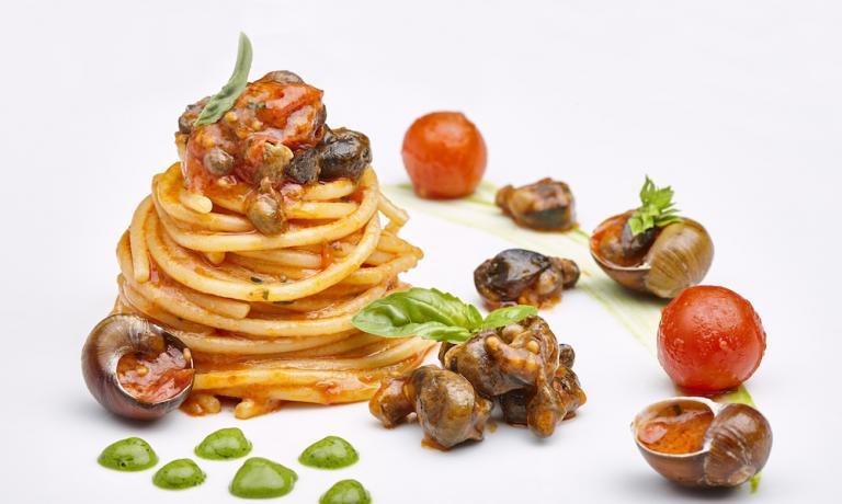 Spaghettone ai Vermituri, basilico e datterini di