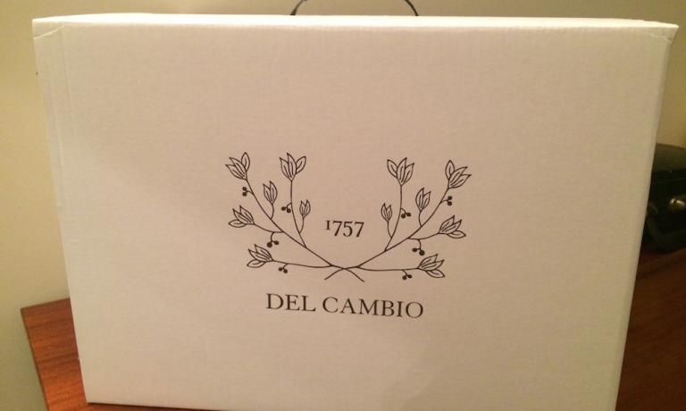 Quattro i piatti contenuti nel box elegante del Cambio: Terrina di fegato grasso, quinoa e semi di zucca,Gamberi supassatina di nocciole,Lasagna di mare e bonet