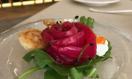 Salmone marinato alla barbabietola con spuma di latte profumata al lime e uovo di salmone