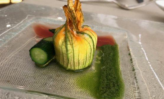 Fiori di zucca farciti con ricotta, gazpacho di pomodoro e pesto al basilico