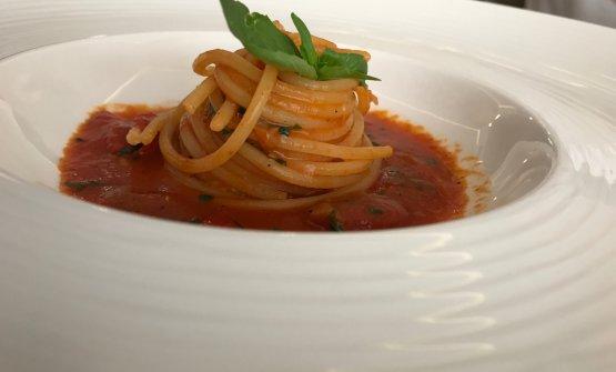 Spaghetti saltati con salsa al pomodoro datterino e basilico
