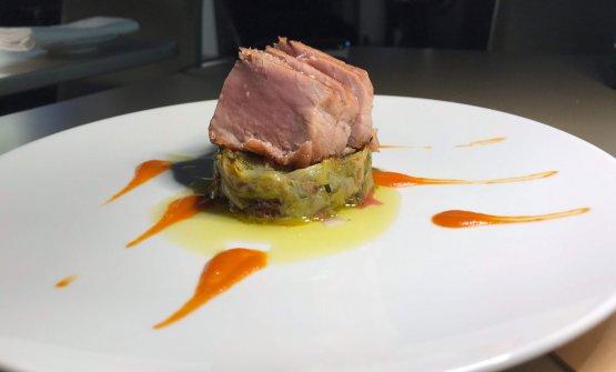 Ventresca di tonno rosso, scarola strozzata e datterino arrosto:«La ventresca, come sapranno in molti, è la parte più nobile del tonno, la più saporita e anche la più grassa. Noi la scottiamo, rendendola appena tiepida, per poi accompagnarla a una delle verdure che meglio rendono ripassate in padella, come la scarola strozzata, un'insalata straordinaria, che saltiamo con olive ecapperi. Questo è un piatto più campano, in quanto la scarola strozzata è proprio tipica di quella terra, da cui proviene il patron dellaLangosteria». Domenico Soranno