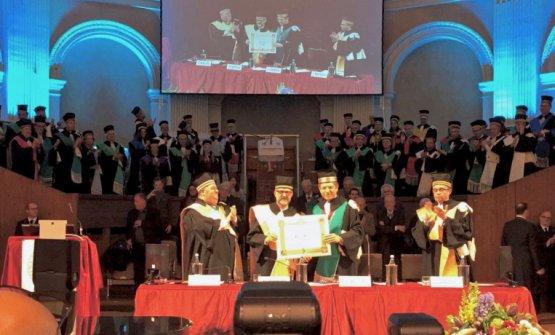 Massimo Botturamentre riceve la laurea ad honorem a Bologna, l'anno scorso. Alla sua sinistra è il rettoreFrancesco Ubertini,alla sua destra il professorMax Bergami