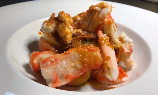 King Crab alla Catalana:«Questo è stato il primo piatto che ho fatto al ristorante, dieci anni fa, appena arrivato a Milano. E ancora oggi è il piatto più venduto: credo si possa dire sia in assoluto il simbolo della nostra cucina. Il King Crab è un crostaceo davvero straordinario, questo viene dal Mare di Bering, vicino all'Alaska: io lo preparo con una piccola salsa la cui ricetta è l'unico segreto in cucina che credo di avere. Racconto tutto dei miei piatti, ma questa salsa no, resta solamente mia». Domenico Soranno