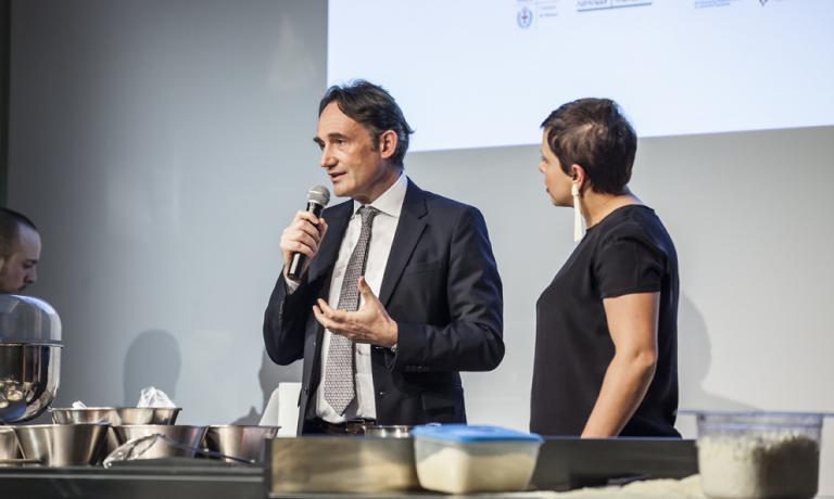 Piero Gabrielisul palco diIdentità di Pizza 2016, in compagnia di Francesca Barberini
