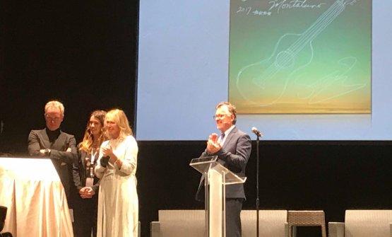Sting e la moglie Trudie Styler sul palco del teatro degli Astrusi mostrano la piastrella celebrativa dell'annata 2017, firmata dallo stesso artista