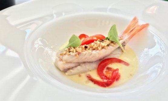 Triglia in crosta di nocciole, acqua di scamorza affumicata e peperoni arrostiti: uno dei piatti del ristorante Cinquesensi a Crotone