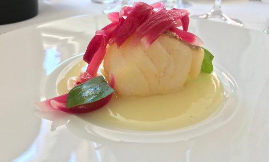 Quadrotto di baccalà dorato, crema di patate e cipolla rossa di Tropea