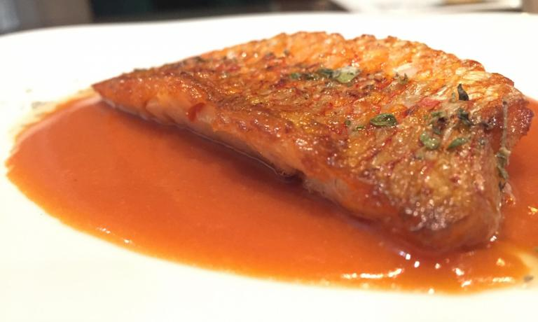 Triglia e triglie, a red mullet-based dish which is clamorous in that it appears to be only materic yet it is the result of an exceptional virtuoso: the fish is enhanced with a triumph of Mediterranean aromas