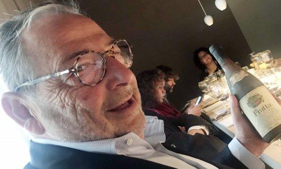 Fausto Maculan mostra la bottiglia del 1977 di Fra