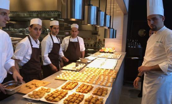 L'head chef Gianluca Renzi (a destra) con parte della sua brigata (foto Zanatta)