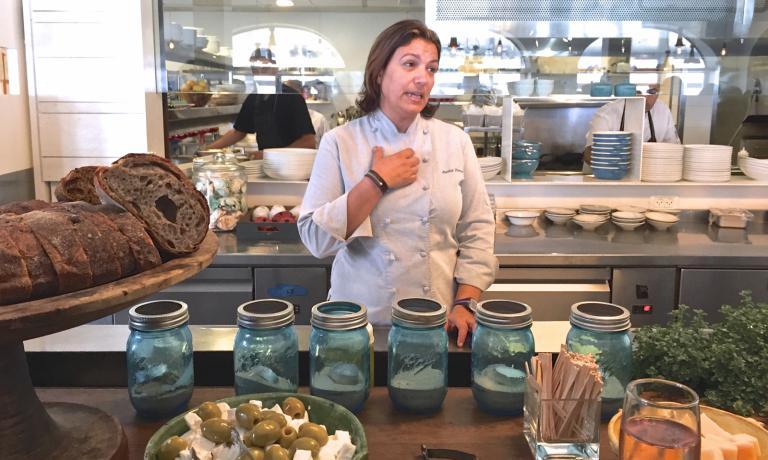 Ayelet Perry è la chef di Cassis: dopo esperienze in California, ha aperto un locale direttamente davanti alle onde di Jaffa