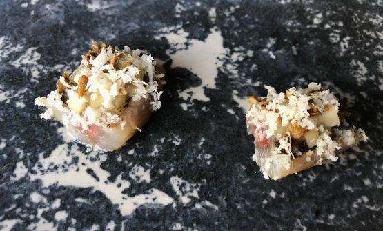 Pesce trombetta marinato in miso di lieviti di scarto della birra prodotta nel ristorante, pomodori verdi in salamoia, rafano fresco