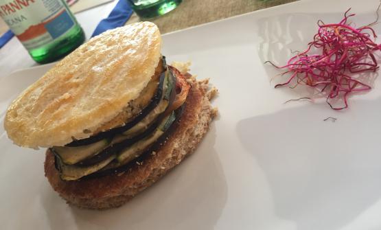 Millefoglie di verdure, cotte al forno, con cialda di formaggio. Sotto impasto di farina integrale. Un assaggio vegetariano