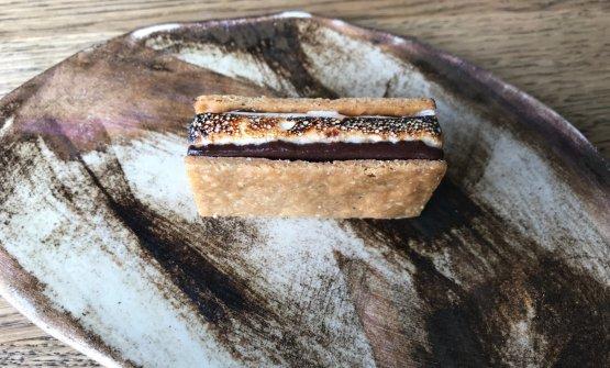 Biscotto al pepe nero, marshmallow di caffè, cioccolato