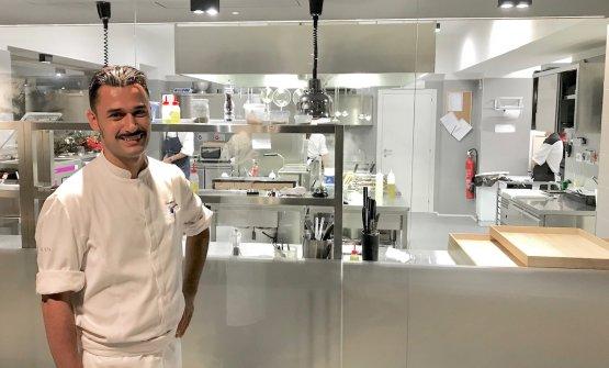Lo chef nella cucina a vista