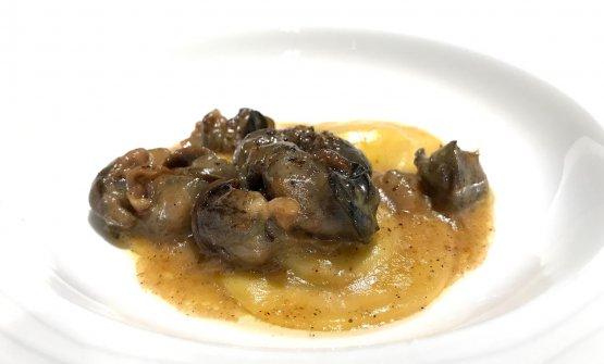 Ravioli di patate, fiore sicano, burro, lumache madonite saltate in padella con olio, sale, e pepe. A condire il tutto, olio di basilico e pepe di Sichuan. Buono, ottimo l'uso del pepe, piatto un po' slegato ma goloso