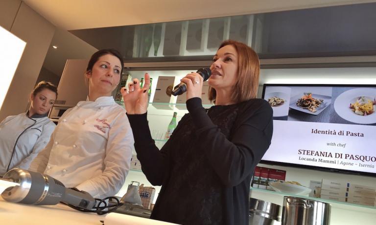 Stefania Di Pasquo ed Eleonora Cozzella, moderatrice degli interventi di Identità di pasta a Expo concepiti da Monograno Felicettie Identità Golose