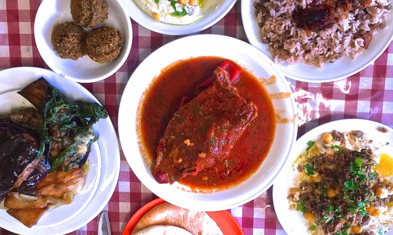 I tanti sapori della cucina israeliana: siamo a Gerusalemme, all'Azura, legato a Slow Food Israele (4 Ha'eshkol street, Machane Yehuda, +972.2.6235204)