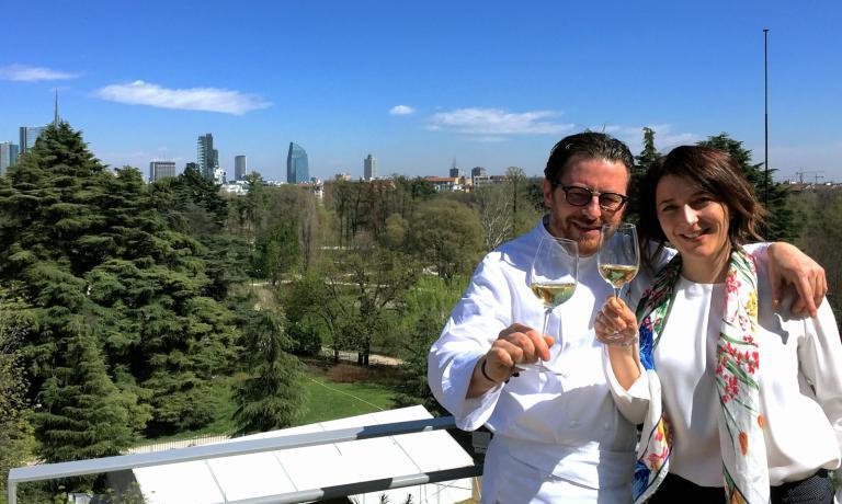 Stefano Cerveni e la compagna Sara, futura moglie ad agosto, brindano alla presentazione della Terrazza Triennale� (info@terrazzatriennale.org), il nuovo ristorante che poggia sul tetto del Palazzo dell'Arte