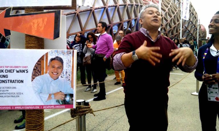 Datuk Chef Wan, maggiore chef della Malaysia, di fronte al padiglione a Expo