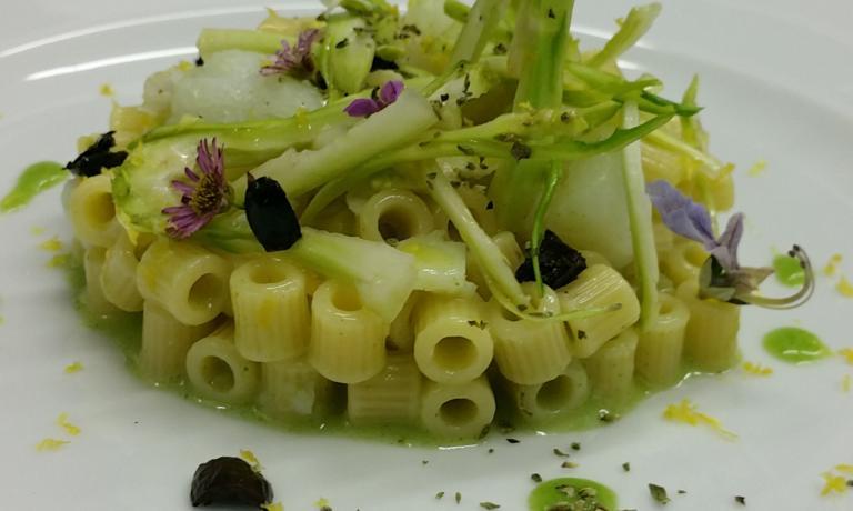 """Tubetti """"Benedetto Cavalieri"""" risottati con baccalà, puntarelle, olive celline e limone di Alfredo De Luca, chef del Malcandrino di Monteroni (Lecce)"""