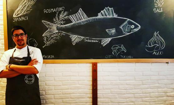 Peppe Bonsignore fotografato nella sala del suo ristorante di Licata, che gestisce insieme alla moglie Chiara