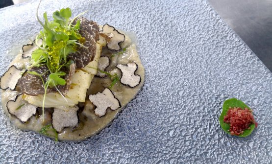 Salted cod marinated with yuzu, cooked in the oven with coal and smoked with a sauce of artichokes and pecorino