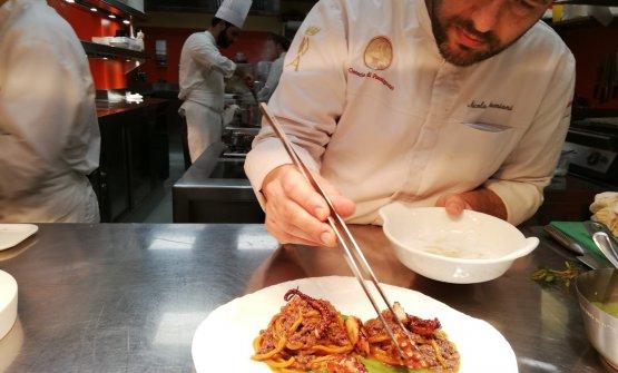 Lo chef Nicola Damiani al pass dell'Osteria di Passignano