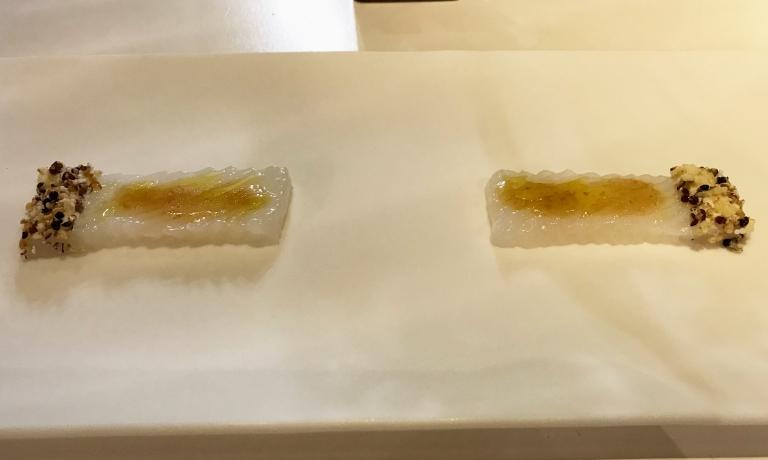 Sashimi di calamaro ai sei cereali con vinaigrette di umeboshi