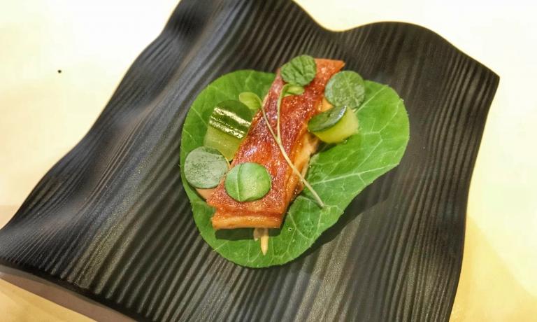 Taco di foglia cappuccinacon maialino croccante, maionese di Hoisin, cetriolo, foglie di menta e coriandolo