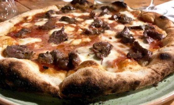 Una delle pitze di Roberto Petza: questa è laPecora,con pomodoro, mozzarella e dadolata di carne di pecora marinata