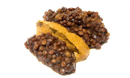Cozze e lenticchie, ossia crema di cozze, pomodoro, capperi, acciughe e vino bianco, lenticchie cotte nel fondo bruno di vitello. Che dire, altro grandissimo piatto, in cui il legume è protagonista