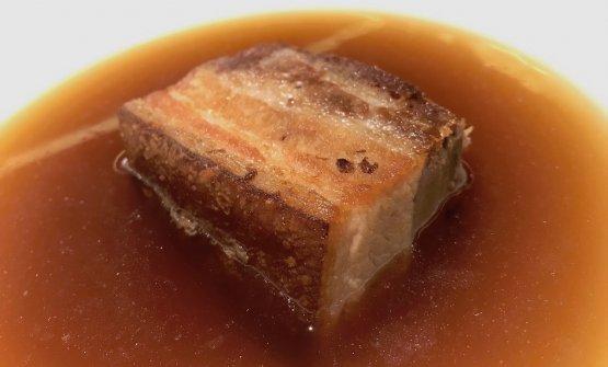 Pancetta di maiale, dashi mediterraneo. La carne è lavorata in base al principio del brining (in sostanza, massaggiata con sale, zucchero e spezie) per sei giorni; il settimo viene affumicata, l'ottavo cotta per 8 ore a 90°. Il dashi è fatto con un brodo di cipolla giarratana, piùVecchio Samperie, al posto del katsuobushi, l'aroma di lische di sgombro, sardine e alici seccate e affumicate. L'esito è molto romitiano: un brodo eccelso, freddo; una pancetta che mantiene la propria croccantezza esterna. Eccellente
