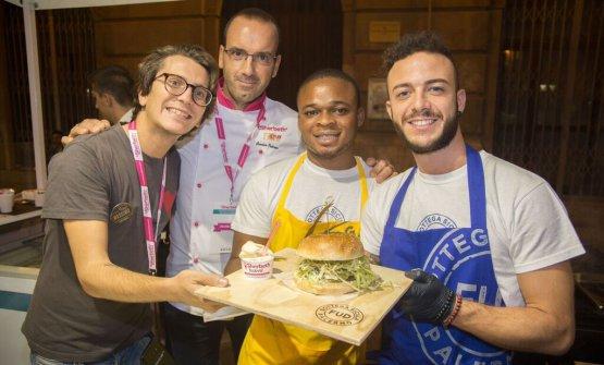 Il sorbetto di senape di Digione diOsvaldo Palermodella gelateriaFiordipannadi Milano abbinato all'hamburger di asina con piacentino ennese, paté di olive e maionese d'acciuga ideato daAndrea Graziano, founder diFud – Bottega Siculadi Palermo