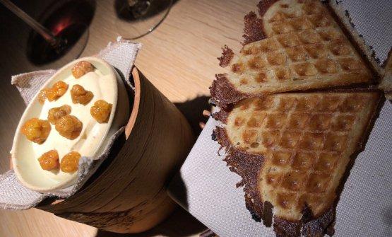 BBQed waffle with cloudberry cream Un altro piccolo capolavoro del pasticciere italiano, che esplora la tradizione scandinava dei waffle al barbecue. L'impasto, di solafarina e panna, è condito con olio di regina dei prati e olio di legno di pino mugo. A sinistra, panna di camemoro